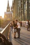 ÁGUA DE COLÔNIA, ALEMANHA 6 DE OUTUBRO DE 2018: Turistas na ponte de Hohenzollern Noite romântica na água de Colônia imagens de stock royalty free
