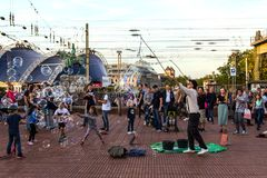 ÁGUA DE COLÔNIA, ALEMANHA 6 DE OUTUBRO DE 2018: Turistas de passeio que olham bolhas de sopro de um indivíduo imagens de stock