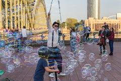 ÁGUA DE COLÔNIA, ALEMANHA 6 DE OUTUBRO DE 2018: Turistas de passeio que olham bolhas de sopro de um indivíduo fotos de stock royalty free
