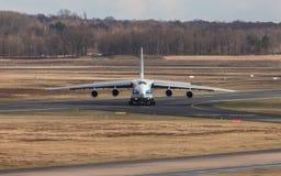 Água de Colônia, nrw/Alemanha - 08 03 19: avião da carga de antonov 124 no aeroporto Alemanha de Bona da água de Colônia fotografia de stock royalty free