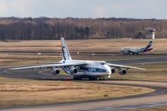 Água de Colônia, nrw/Alemanha - 08 03 19: avião da carga de antonov 124 no aeroporto Alemanha de Bona da água de Colônia imagens de stock