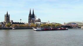 Água de Colônia que estabelece o navio disparado do tráfego do rio de Hall Cathedral da cidade vídeos de arquivo