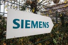 Água de Colônia, Reno-Westphalia norte/Alemanha - 02 12 18: a construção de siemens assina dentro a água de Colônia Alemanha imagem de stock royalty free