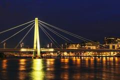 Água de Colônia da arquitetura da cidade na noite imagem de stock