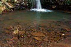 A água de conexão em cascata em três condados dirige foto de stock royalty free