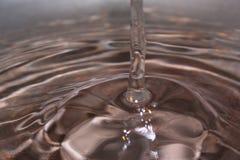 Água de derramamento Imagens de Stock Royalty Free