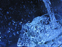 Água de derramamento Fotografia de Stock Royalty Free