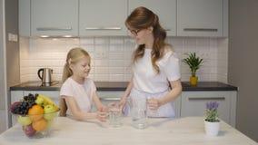Água de derramamento da mãe para a filha vídeos de arquivo