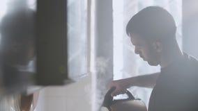 Água de derramamento do homem do potenciômetro elétrico da chaleira de chá da água quente filme