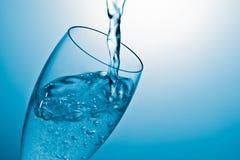 Água de derramamento em um vidro fotos de stock