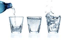 Água de derramamento em um vidro foto de stock royalty free