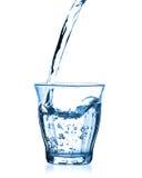 Água de derramamento no vidro Imagens de Stock Royalty Free