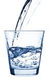 Água de derramamento no vidro Fotografia de Stock