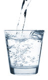 Água de derramamento no vidro Imagens de Stock