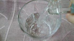 Água de derramamento no vidro no movimento lento vídeos de arquivo