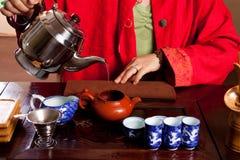 Água de derramamento para o chá imagem de stock royalty free