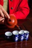 Água de derramamento para o chá imagem de stock