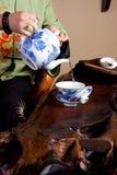Água de derramamento para o chá imagens de stock
