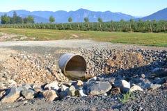Água de distribuição para o grande negócio da exploração agrícola Imagem de Stock Royalty Free