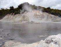 Água de ebulição, vapor e gás do enxôfre, Nova Zelândia Foto de Stock