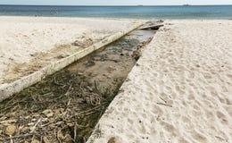 A água de esgoto e o agregado familiar sujos rubbish no rio pequeno, crescimento rápido das causas do canal de irrigação das alga imagens de stock