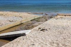 A água de esgoto e o agregado familiar sujos rubbish no rio pequeno, crescimento rápido das causas do canal de irrigação das alga fotografia de stock royalty free