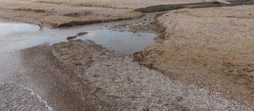 A água de esgoto e o agregado familiar sujos rubbish no rio pequeno, crescimento rápido das causas do canal de irrigação das alga imagem de stock