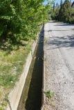 A água de esgoto e o agregado familiar sujos rubbish no rio pequeno, crescimento rápido das causas do canal de irrigação das alga fotos de stock royalty free