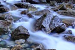 Água de fluxo capturada com uma velocidade do obturador lenta imagem de stock