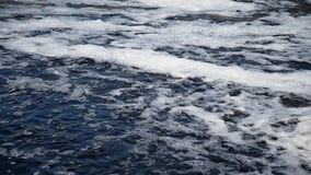 Água de fluxo com espuma no rio filme