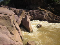 Água de fluxo do rio de Gulmi Imagens de Stock