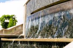Água de fluxo em uma fonte da cidade imagens de stock royalty free