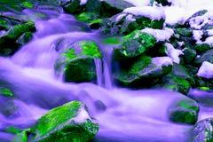 Água de fluxo entre as pedras foto de stock royalty free