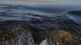 Água de fluxo na cachoeira, dando laços filme