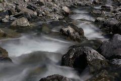 Água de fluxo nas montanhas Imagem de Stock
