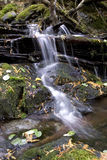 Água de fluxo sobre rochas. imagem de stock