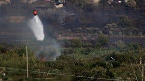 Água de jogo da cubeta de água do helicóptero a atear fogo filme