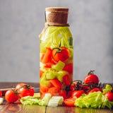 Água de limpeza com tomate e aipo Fotografia de Stock