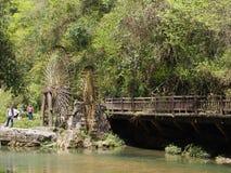A água de madeira roda dentro a vila local pequena, curso em Yich fotografia de stock royalty free