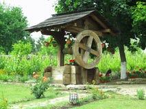 Água de madeira velha do vintage bem com roda enorme Foto de Stock