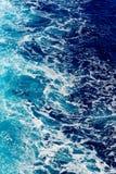 Água de mar azul profunda com pulverizador Fotografia de Stock Royalty Free