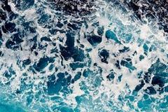 Água de mar azul profunda com pulverizador fotografia de stock