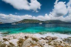 Água de mar Mediterrâneo azul transparente claro da cerceta de turquesa na cidade de Fiskardo Iate branco no mar aberto em imagem de stock royalty free