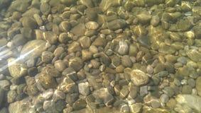 Água de mar Sea Pedras do mar gleams da água foto de stock