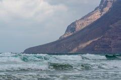 Água de Oceano Atlântico, inverno na ilha de Lanzarote, beac de Famara fotografia de stock