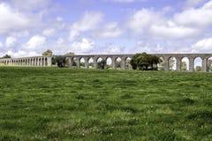Água de Prata Akvedukt (akvedukt av silvervatten) i Évora, Po Royaltyfri Fotografi