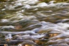 Água de pressa Fotos de Stock