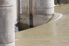 Água de pressa na represa de Longhorn Fotos de Stock Royalty Free