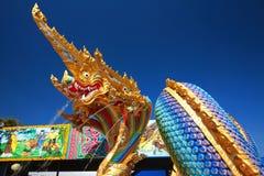 Água de pulverização da cabeça do dragão ou do Naga Foto de Stock
