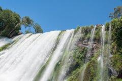Água de queda e céu azul Imagem de Stock